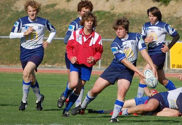 Jeunes jouant au rugby